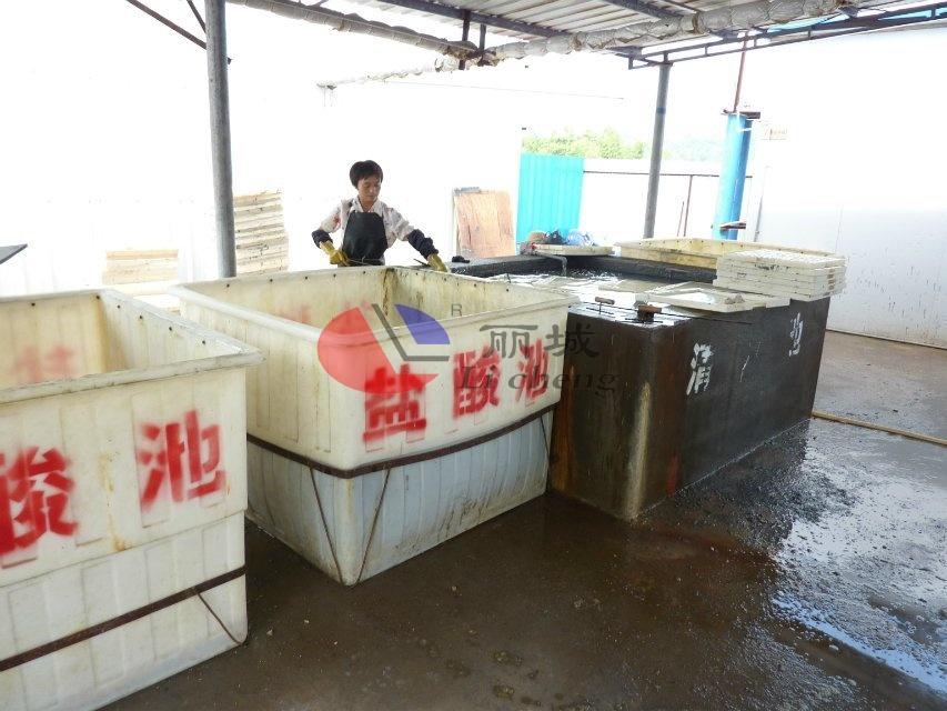 混凝土盖板浇筑模具清洗过程